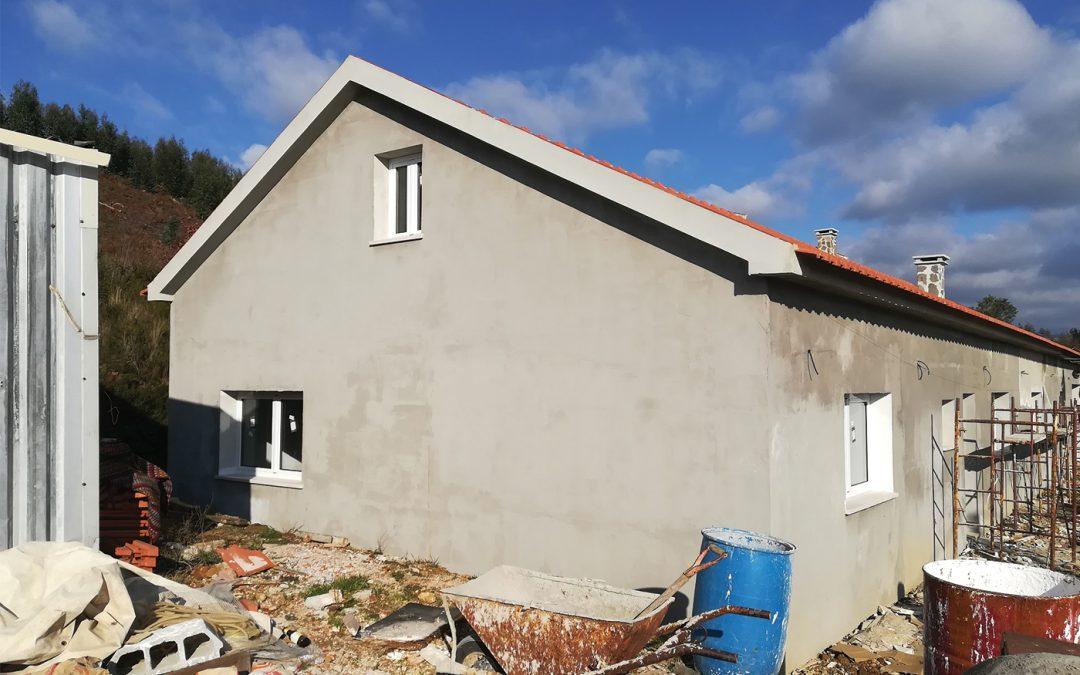 A casa da família Fernandes está quase pronta graças à ajuda de muitos